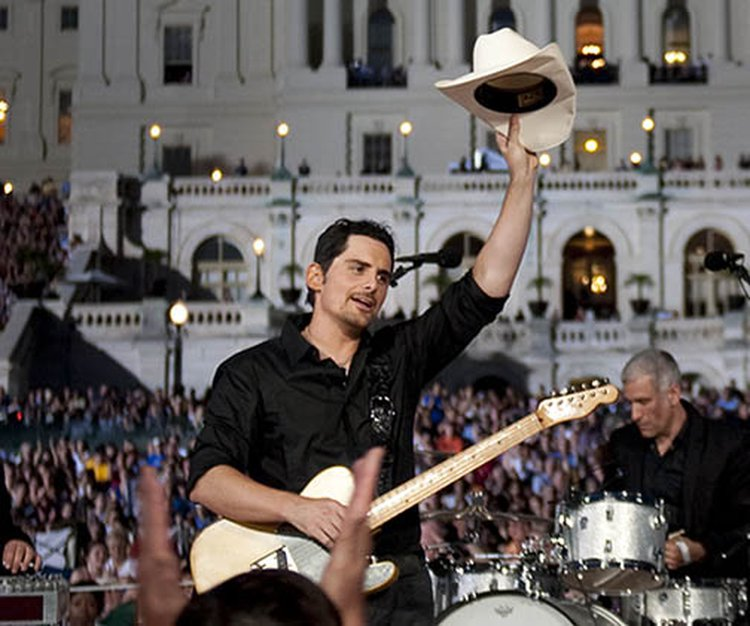 Music Friday: Love-Struck Brad Paisley Forgets the Engagement Ring in 'You Have That Effect On Me'